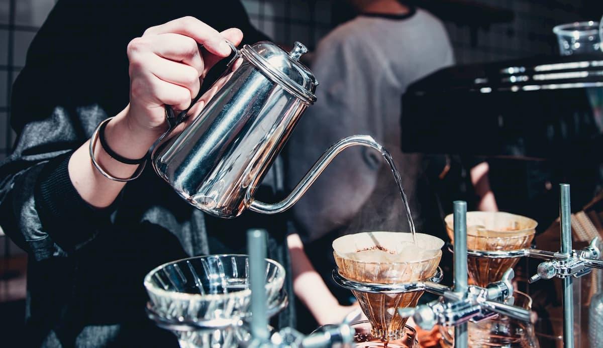 コーヒーの酸味が少ない淹れ方をする