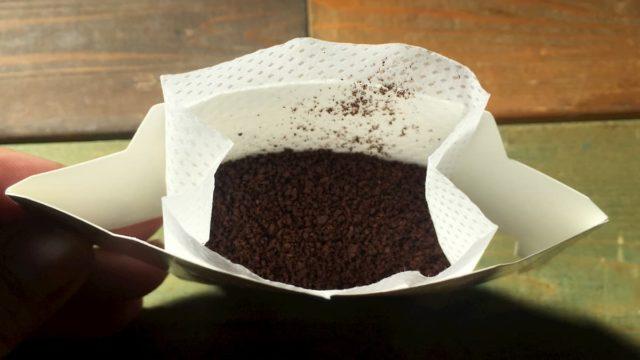 ②ドリップバッグフィルターに粉を入れます。