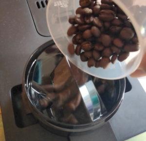 ③上部のフタを開けて、豆を投入。