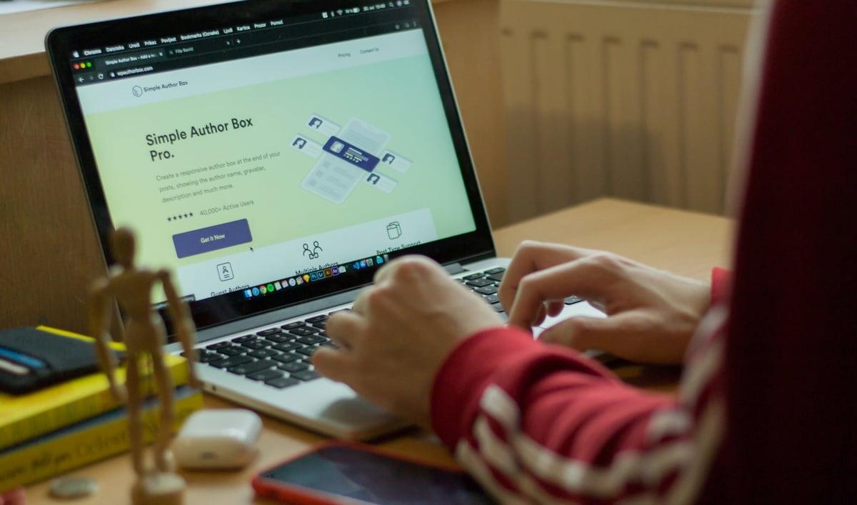 カフェ開業準備でホームページやSNSの運用はどこまでやるの?
